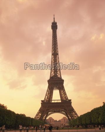 der eiffelturm in der abenddaemmerung paris