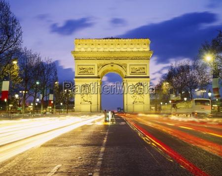 the arc de triomphe illuminated at