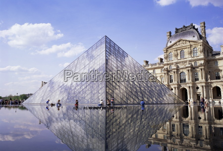 musee du louvre and pyramide paris