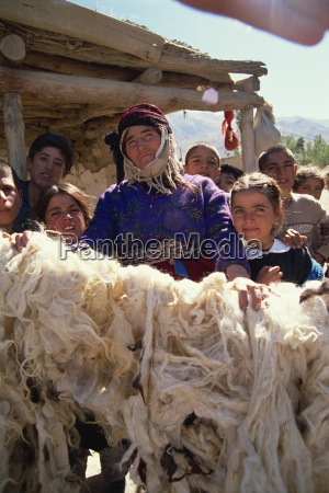 woman, proud, of, her, dried, wool, - 20635015