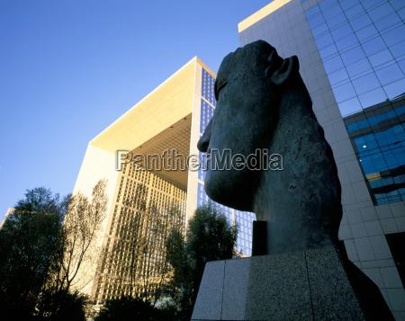 face sculpture and la grande arche
