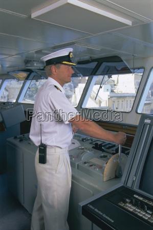 schiffskapitaen auf der bruecke kreuzfahrtschiff