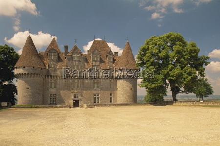 exterior of chateau monbazillac in the