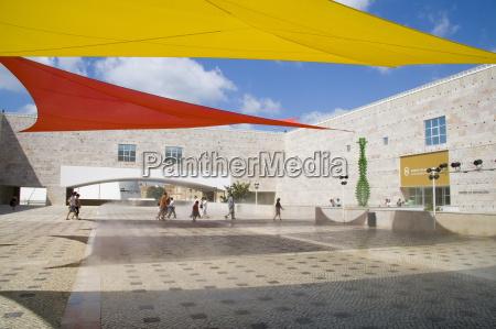 moderne kunstausstellung im kulturzentrum von belem