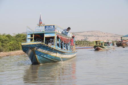 tourist boats tonle sap lake near