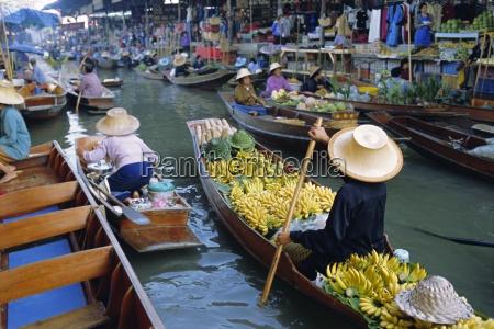 floating market damnoen saduak near bangkok