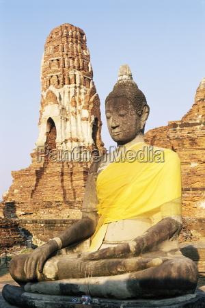 sitting buddha statue and chedi pagoda