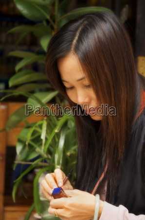 portraet der jungen chinesischen frau die