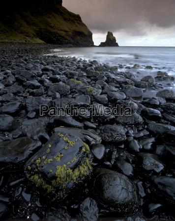 black boulder rocks in talisker bay