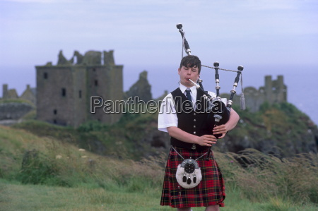 piper playing in front of dunnotar