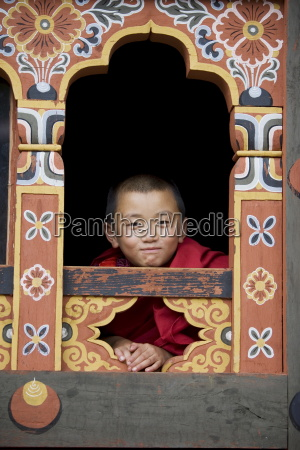junger buddhistischer moench trashi chhoe dzong