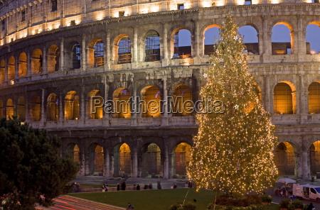 kolosseum zur weihnachtszeit rom latium italien