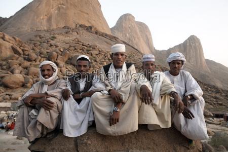muslimische maenner entspannen sich im schatten