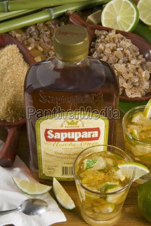 brasilianisches essen und trinken caipirinha und