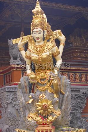 statue der goettin saraswati wasser lotus