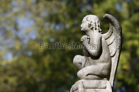angel sculpture at pere lachaise cemetery