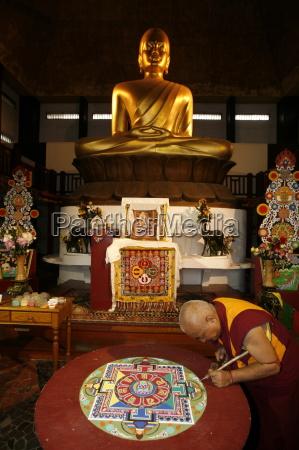 buddhistischer moench zeichnung ein mandala paris