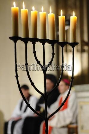 menora in der katholischen kirche beleuchtete