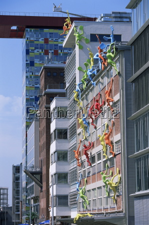 flossies figuren eine gebaeudefassade am medienhafen