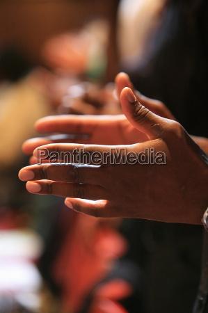 mano manos paseo viaje religion iglesia