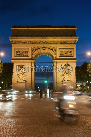 traffic around arc de triomphe avenue