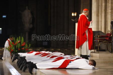 priesterweihen in der kathedrale notre dame