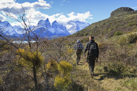 hikers walking towards condor vista point