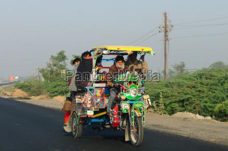strassentransport im laendlichen indien gujarat indien