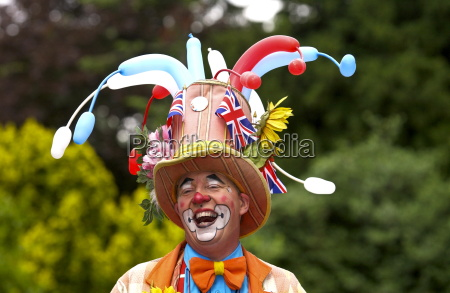 ein clownder waehrend eines gemeinschaftspicknicks lachtwo