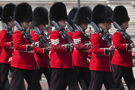 scots guards marching past buckingham palace