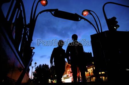 metro eingang montmartre mit moulin rouge