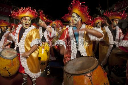 traditionelle murgas und samba schulen waehrend
