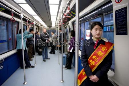 hostess im shuttle zug am terminal