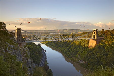 clifton suspension bridge mit heissluftballons in