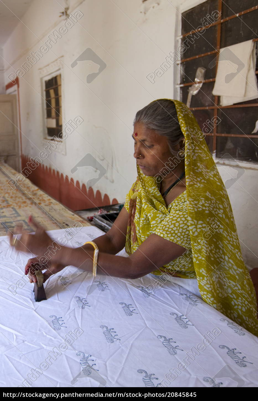indian, woman, die, stamping, textiles, at - 20845845