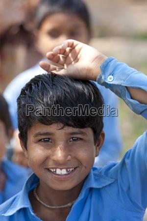 indischer schuljunge besucht schule in doeli