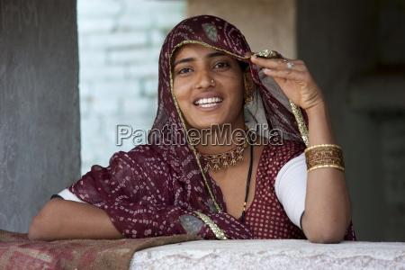 huebsche junge indische frau zu hause