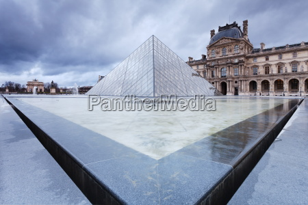 louvre museum and pyramid paris ile