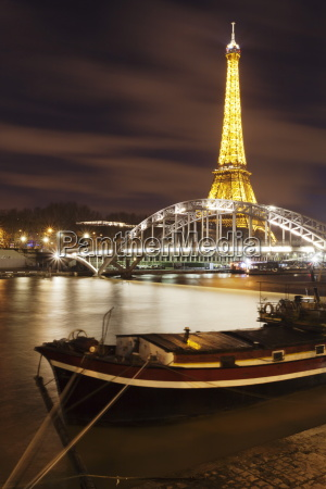 passerelle debilly with eiffel tower and
