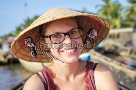 junge kaukasischen touristen vietnamese konischen hut