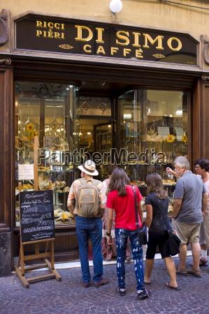 tourists at di simo caffe in