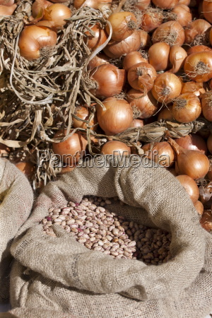 zwiebeln und getrocknete borloti bohnen im