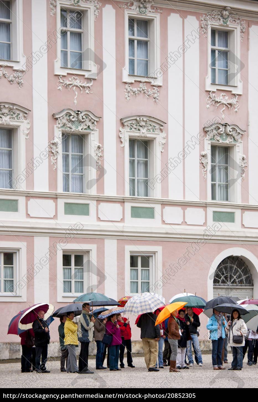 tourists, visit, konigliches, schloss, in, schlossplatz, - 20852305