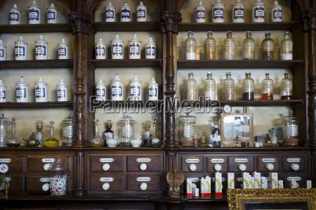 alte medizinflaschen apothekenanzeige in farmacia dr
