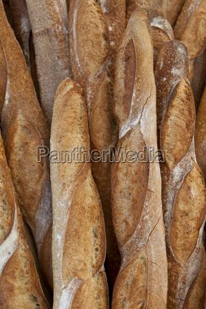 frisch gebackene franzoesische brotbaguettes zum verkauf