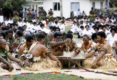 fidschi haeuptlinge bei kava zeremonie stammesversammlung