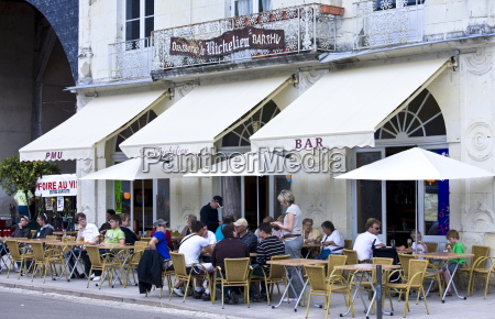 diners at le richelieu bar and