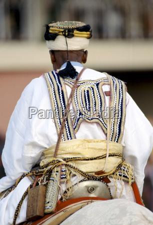nigerianischer chef bei der versammlung durbar