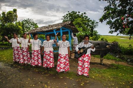 local philippino women greeting tourists in