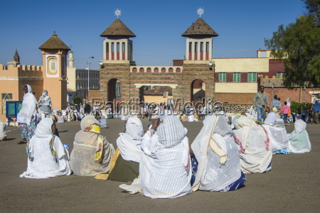orthodox women praying at the easter